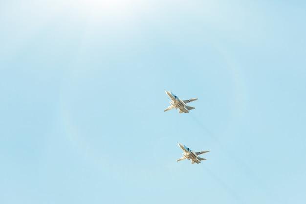 ごちそうの上空でロシアの戦闘機。 Premium写真