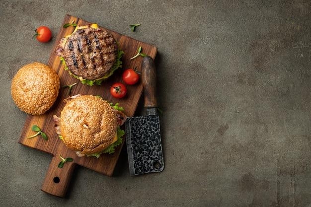 Набор самодельных вкусных гамбургеров. Premium Фотографии