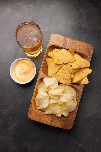スナック付きのビールはチップスとナチョスです。 Premium写真