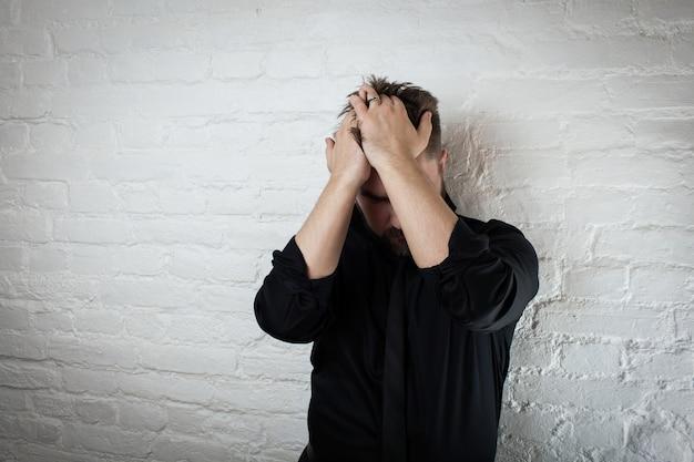 頭を抱えた男。うつ病の概念 Premium写真