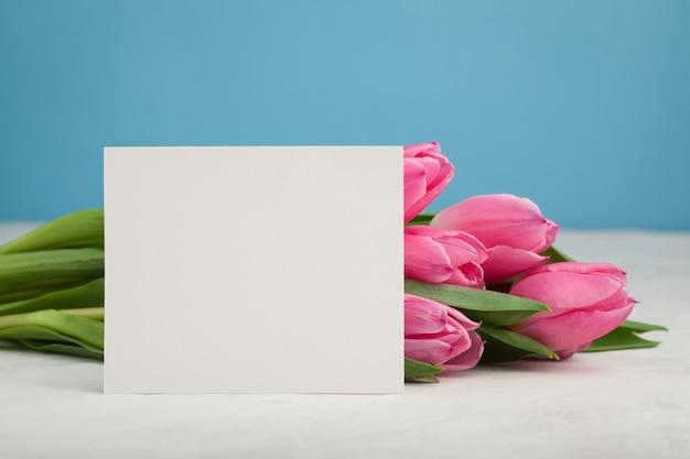 チューリップの誕生日や結婚式のモックアップ。 Premium写真