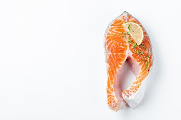 生の新鮮なサーモンやマスステーキ。 Premium写真