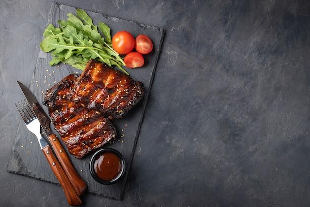 豚カルビのクローズアップは、バーベキューソースで焼きました。 Premium写真