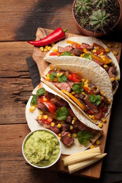 大理石のビーフと野菜のメキシコのタコス。 Premium写真