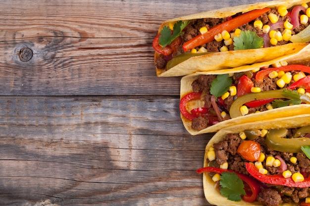 牛ひき肉、野菜、サルサのメキシコのタコス。 Premium写真
