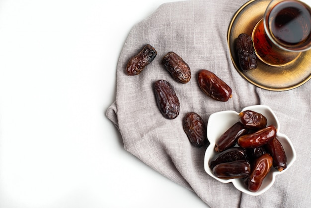 ラマダンカリームお祝い、お茶と紅茶のカップの日程のクローズアップ Premium写真
