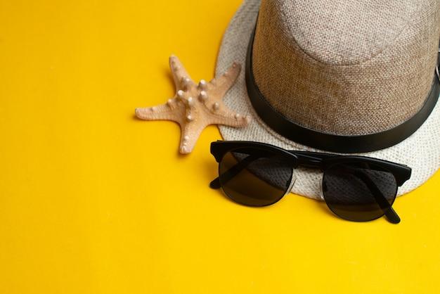 夏用アクセサリー、シェル、帽子、サングラス。夏休みと海のコンセプト。夏休み。 Premium写真