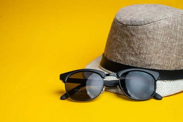 夏用アクセサリー、帽子、サングラス。夏休みと海のコンセプト。 Premium写真