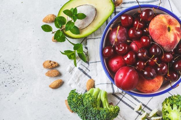 Летние фрукты, орехи и ягоды Premium Фотографии