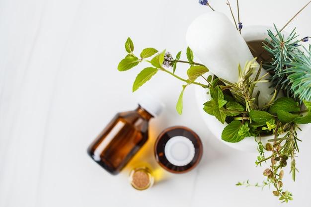 Бутылки эфирного масла, белый фон. концепция здоровой косметики. Premium Фотографии