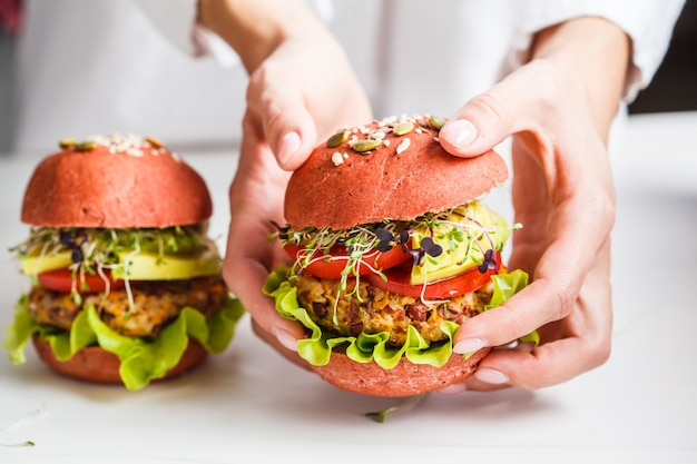 豆カツ、アボカド、白もやしとピンクのビーガンハンバーガーを調理 Premium写真