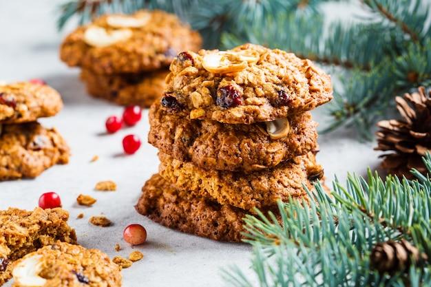 クリスマスクランベリーとナッツクッキー、クリスマスデザートコンセプト、 Premium写真