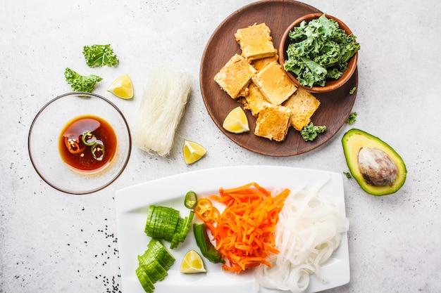 食材の平干し焼き豆腐と野菜のベトナム風麺。ビーガンフードのコンセプトです。 Premium写真