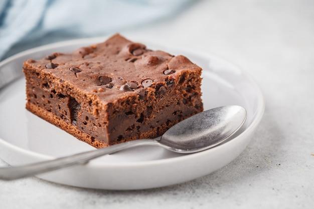 チョコレートの滴とナッツとチョコレートのビーガンケーキ。 Premium写真