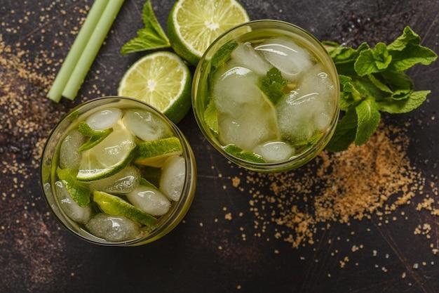 ライム、砂糖、ミントとブラジルの伝統的なカイピリーニャ。暗い背景、上面図、スペースをコピーします。 Premium写真