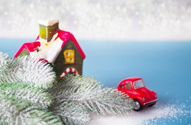 Домашние и автомобильные миниатюры. ветка елки на синем Premium Фотографии