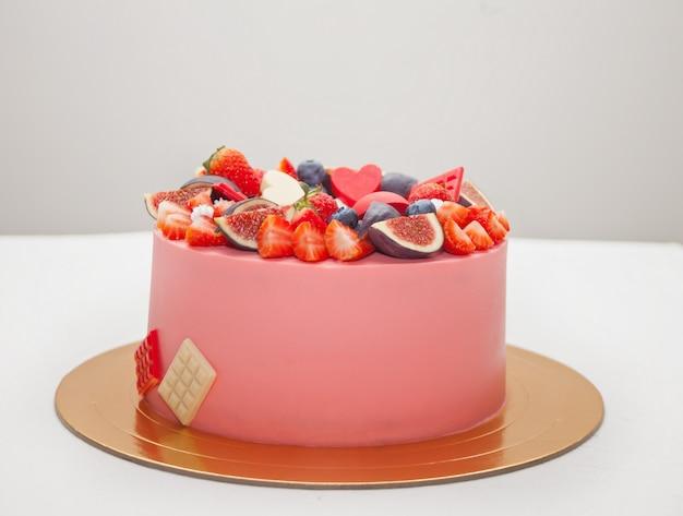 チョコレートの汚れ、装飾されたベリー、フルーツのケーキ Premium写真