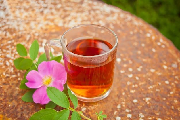 さびで犬ローズローズヒップの花とお茶 Premium写真