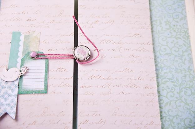 Скрапбукинг лист из альбома для ребенка в стиле шебби шик. Premium Фотографии