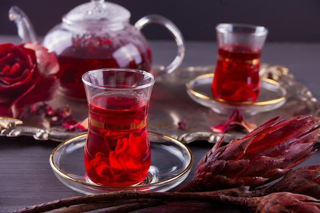トレイの上のティーポットとホット赤カルカデ茶のカップ Premium写真