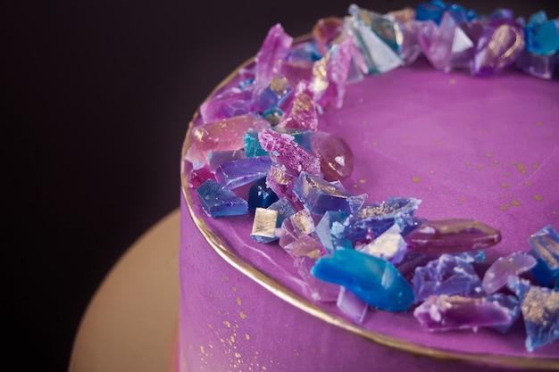 Фиолетовый торт с мармеладом как аметист модный декор для торта Premium Фотографии