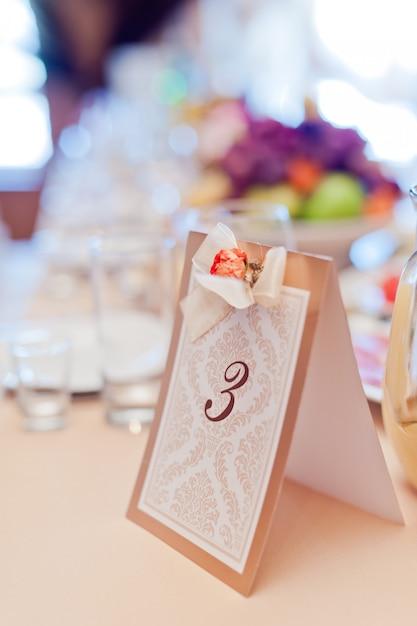 Изображение специально напечатанного номера стола, идентифицирующего банкетный стол Premium Фотографии