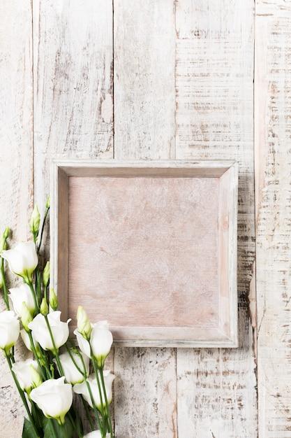 Деревянный фон с букетом белых цветов Premium Фотографии
