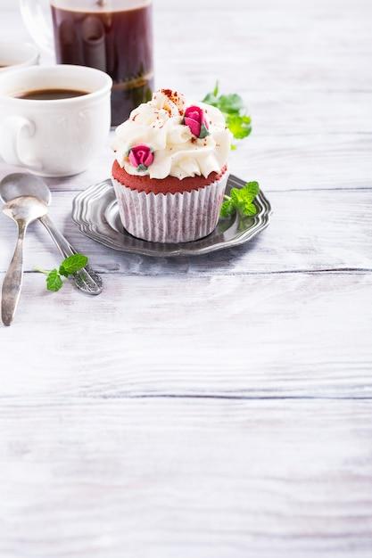 美しい赤いベルベットのカップケーキ Premium写真