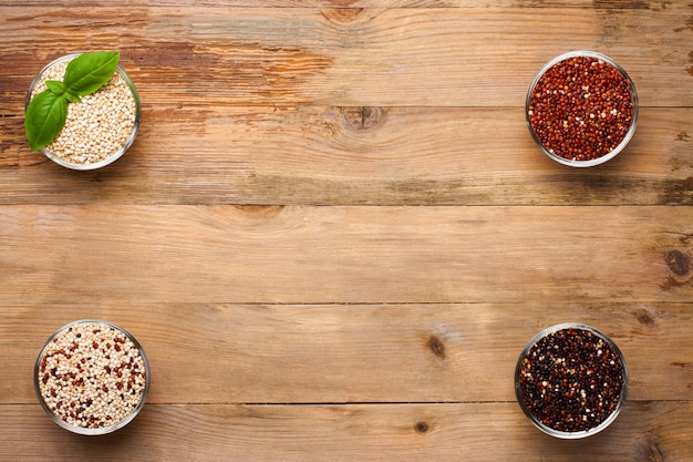 白、赤、黒、および混合生キノア穀物 Premium写真