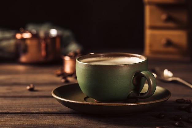コーヒーグラインダーとコーヒーのグリーンカップ Premium写真