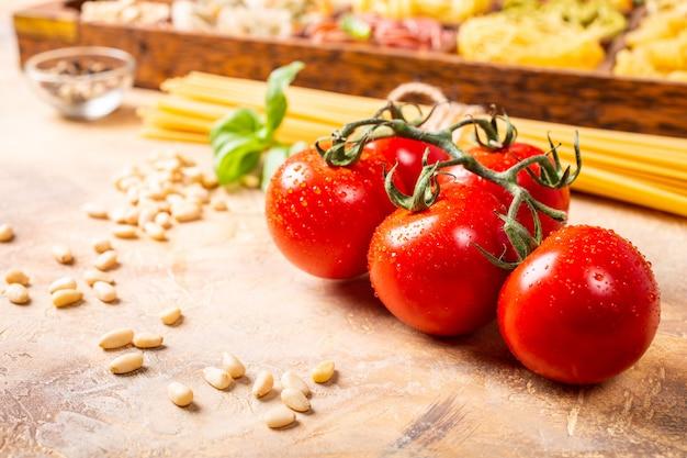 自家製の伝統的なイタリアンパスタソースのフレッシュトマト Premium写真
