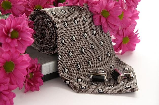 白の花とネクタイとカフスボタン Premium写真