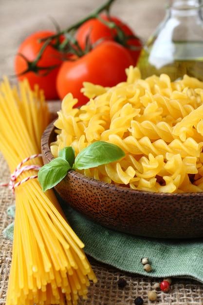 Сырые безглютеновые макароны из смеси кукурузной и рисовой муки Premium Фотографии