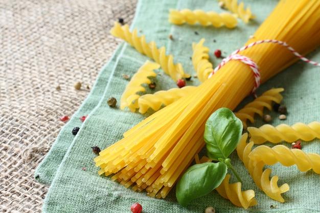 トウモロコシと米粉のブレンドからの未調理グルテンフリーパスタ Premium写真