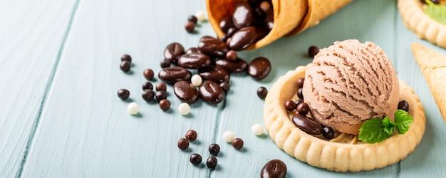 Домашнее кофе и шоколадное мороженое Premium Фотографии