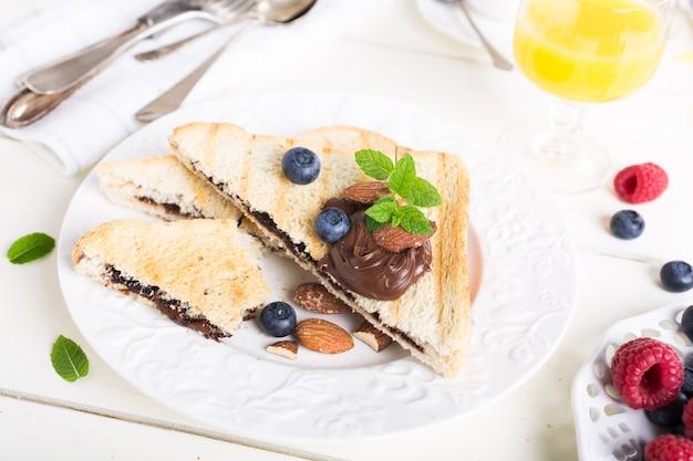 チョコレートナッツペーストの朝食トースト Premium写真