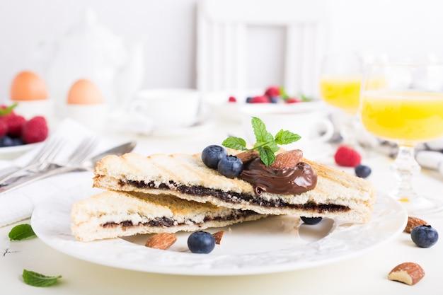 Завтрак тост с шоколадно-ореховой пастой Premium Фотографии