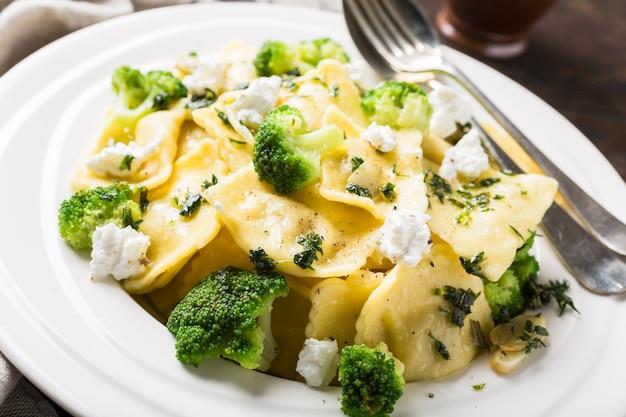 Равиоли с козьим сыром, брокколи и зеленью Premium Фотографии