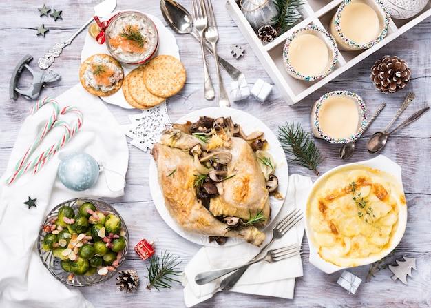 Рождественский тематический обеденный стол Premium Фотографии