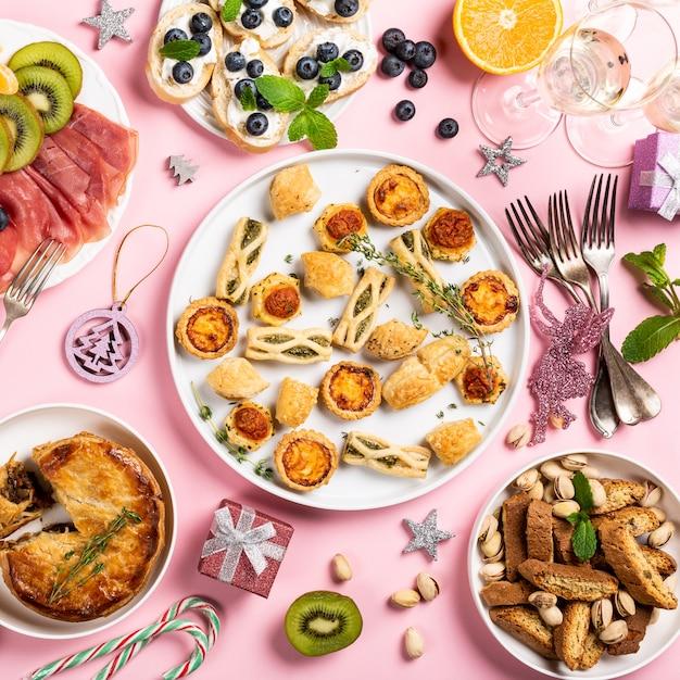 クリスマスディナーパーティーテーブル Premium写真