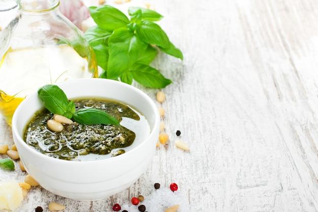 バジルペストソースと新鮮な食材 Premium写真