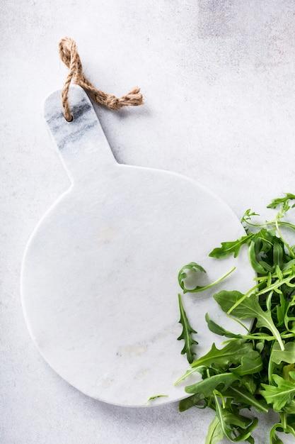 Фон с зеленой свежей рукколой Premium Фотографии