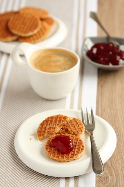 コーヒーとジャムの入ったミニストロープワッフルシロップワッフル Premium写真