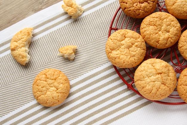 赤いグリッド上の自家製ココナッツクッキー Premium写真