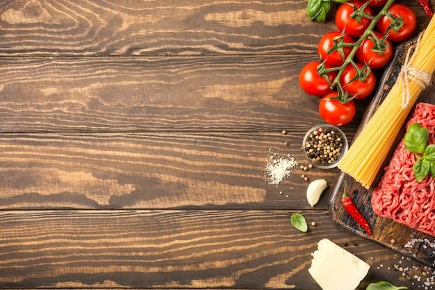 スパゲッティボロネーゼのための原料 Premium写真