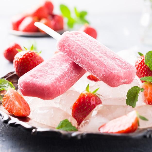 自家製ストロベリーアイスキャンデー Premium写真