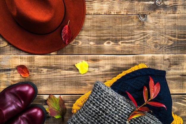 カラフルな暖かい秋と冬の服のスタック Premium写真
