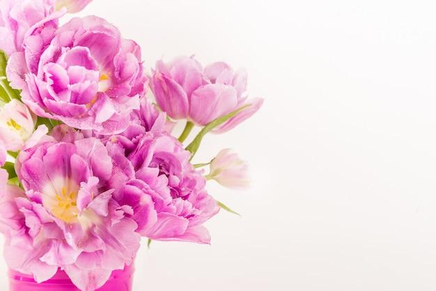 ピンクの鍋に牡丹風チューリップの美しい束 Premium写真