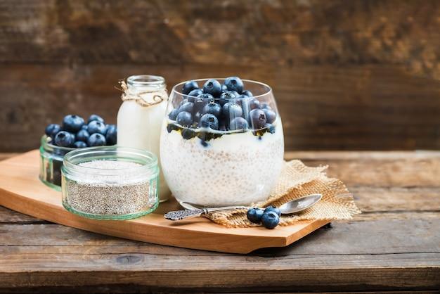 アーモンドミルクのチア種子からプリン、軽い健康的なデザート Premium写真