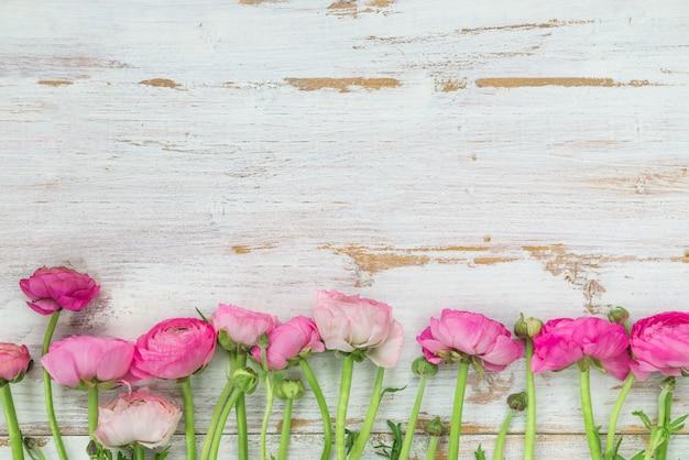 ピンクラナンキュラス、キンポウゲの花の花束 Premium写真